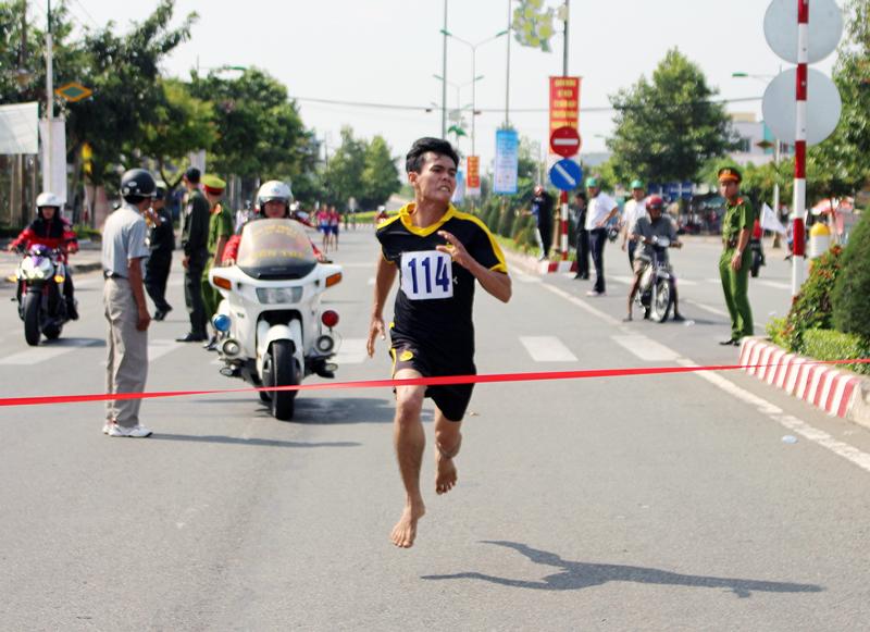 Anh Nguyễn Hồng Tươi về nhất cự ly 7.000m tại Giải Việt dã Báo Đồng Khởi năm 2018, diễn ra ngày 25-3-2018. Ảnh: Đ.Chính