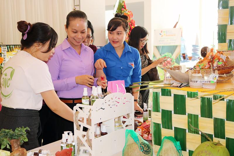 Các đại biểu tham quan gian hàng trưng bày sản phẩm tại Ngày hội khởi nghiệp sáng tạo ABCD Mekong năm 2018.