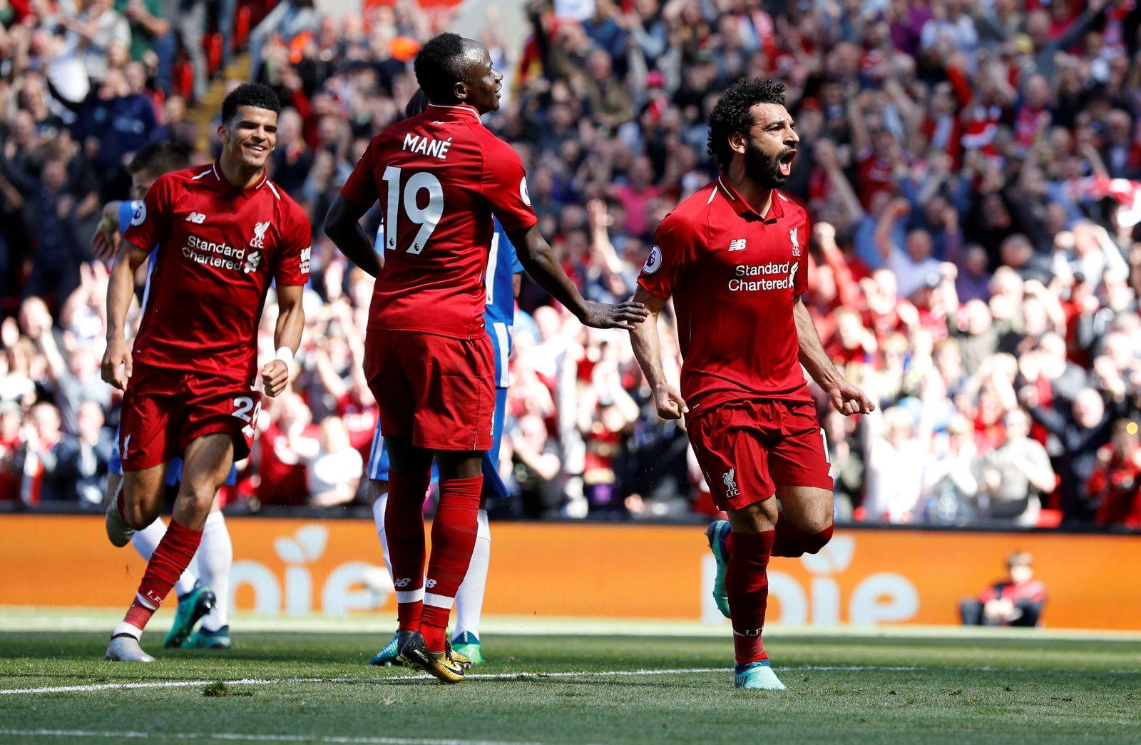 Niềm vui của Salah (phải) sau khi mở tỉ số cho Liverpool. Ảnh: Reuters