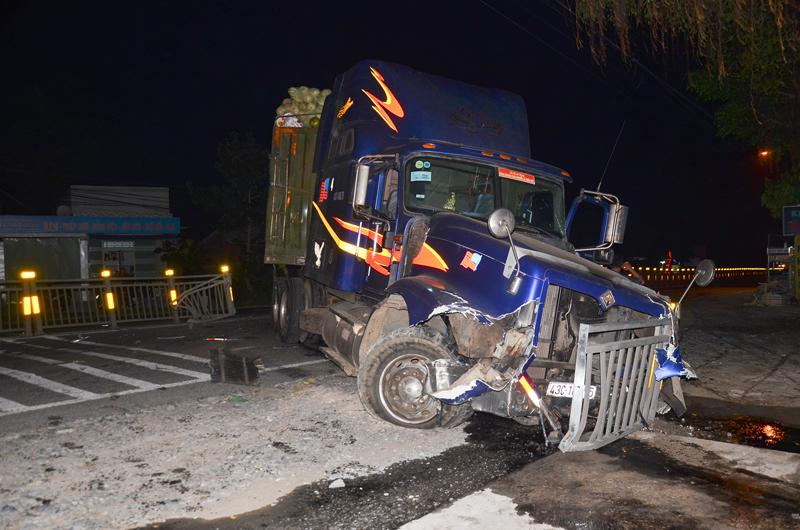 Vụ tai nạn giao thông đường bộ làm sập dải phân cách ở xã Thanh Tân, huyện Mỏ Cày Bắc.