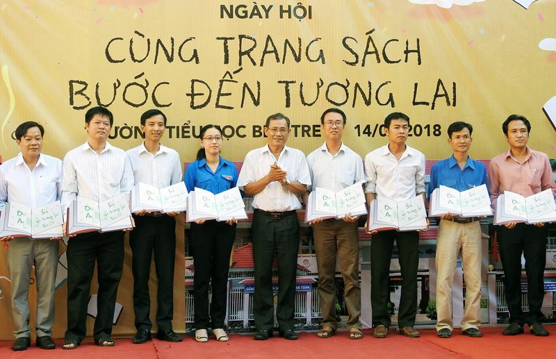 Giám đốc Sở Thông tin và Truyền thông Trần Văn Thanh trao tặng sách cho đại diện các trường THPT.
