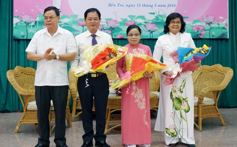 Bí thư Tỉnh ủy Võ Thành Hạo trao hoa chúc mừng các gương điển hình tại buổi giao lưu. Ảnh: Q.Hùng