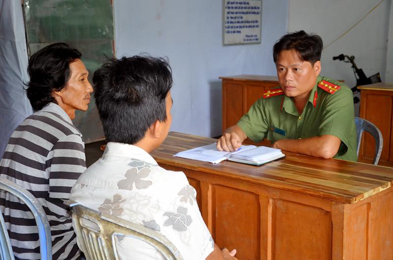 Đại úy Nguyễn Hữu Thật làm việc với đối tượng.