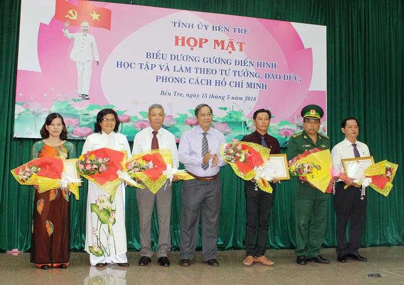 Phó chủ tịch UBND tỉnh Nguyễn Hữu Phước trao bằng khen của UBND tỉnh cho cá nhân, tập thể có thành tích xuất sắc.