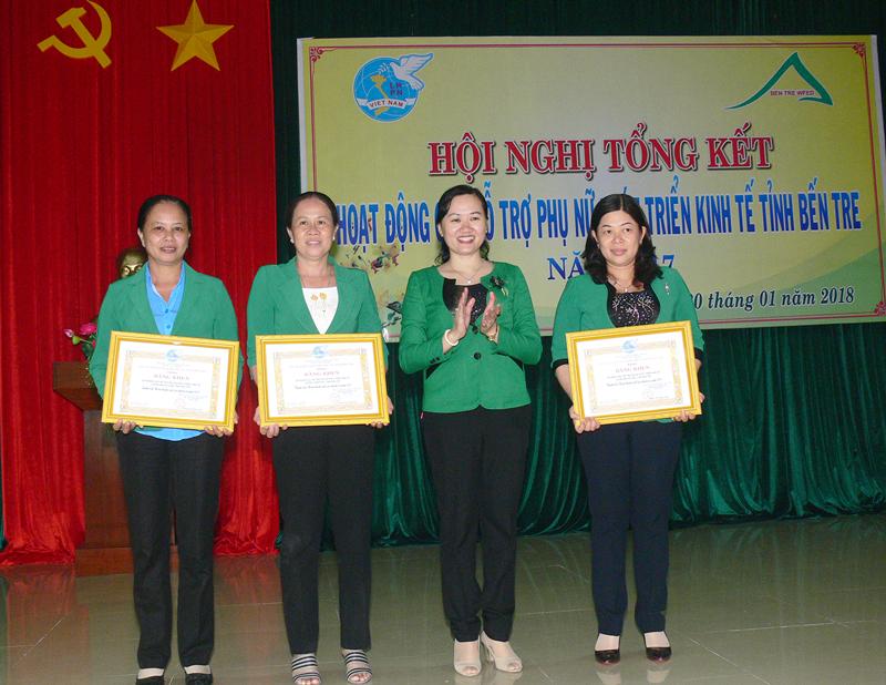 Chủ tịch Hội Liên hiệp Phụ nữ tỉnh Phạm Thị Thanh Thảo trao giấy khen cho các cá nhân tiêu biểu trong hoạt động hỗ trợ phụ nữ phát triển kinh tế. Ảnh: Thu Huyền