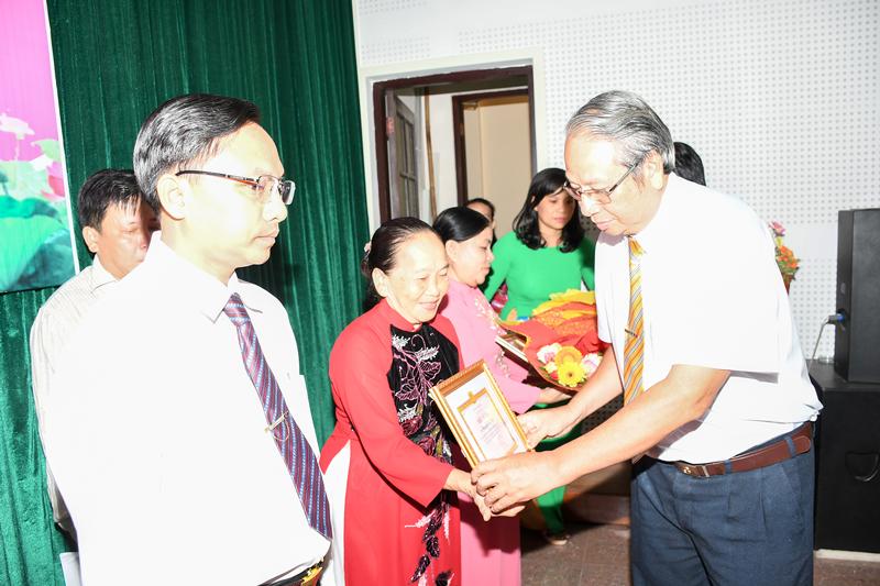 Trưởng Ban Tuyên giáo Tỉnh ủy Cao Văn Dũng trao giấy khen cho các điển hình tại buổi họp mặt. Ảnh: Hữu Hiệp