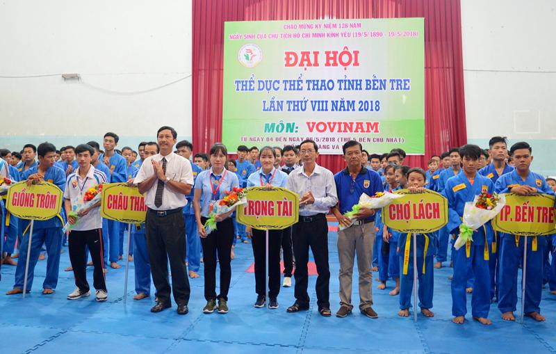 Ban tổ chức đại hội tặng hoa cho các đoàn về tham dự.