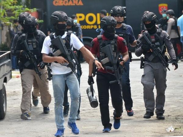 Cảnh sát Indonesia trong chiến dịch truy quét tội phạm sau vụ đánh bom ở Surabaya, Indonesia ngày 14-5-2018. (Nguồn: AFP/TTXVN)