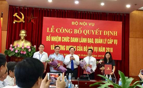 Bộ trưởng Bộ Nội vụ Lê Vĩnh Tân trao Quyết định bổ nhiệm cho các cá nhân. Ảnh: CTV