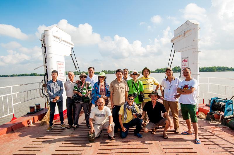 Đoàn văn nghệ sĩ trên phà Tam Hiệp, huyện Bình Đại. Ảnh: Lê Nhật Quang