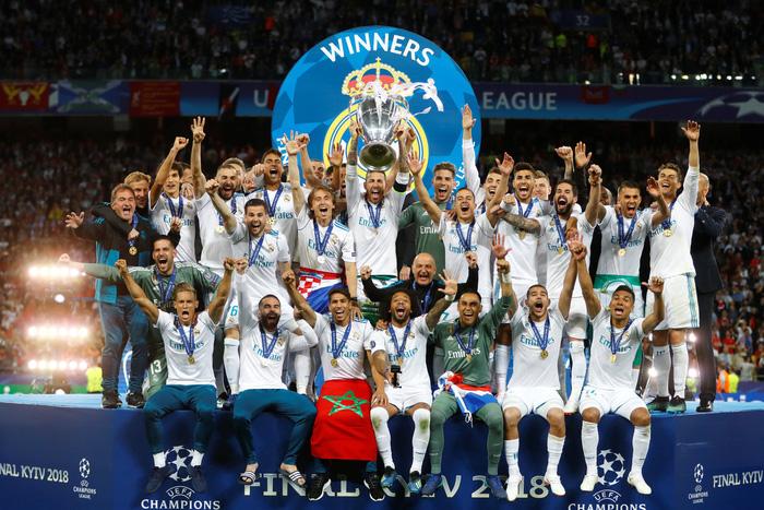 Các cầu thủ Real giơ cao cúp vô địch trên sân Olimpiyskiy (Kiev). Ảnh: Reuters