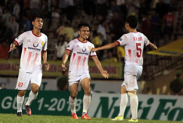 Hai lần vượt lên dẫn trước thì cả hai lần Nam Định đều bị Sanna Khánh Hòa bắt kịp.