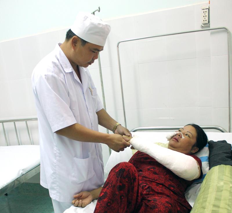 Bác sĩ Huỳnh Văn Công khám, chữa bệnh cho người dân tại bệnh xá.