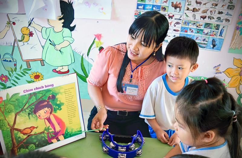 Cô giáo Trường Mầm non Thị trấn Giồng Trôm trong giờ kể chuyện cho trẻ lớp chồi 3. Ảnh: Thiên Nga