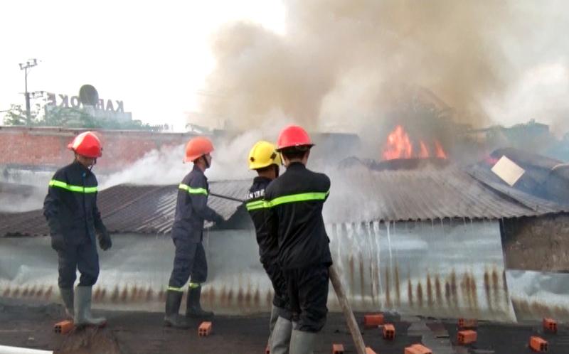 Chiến sĩ Phòng Cảnh sát phòng cháy, chữa cháy, cứu nạn và cứu hộ đang đập tắt đám cháy. Ảnh cắt từ clip