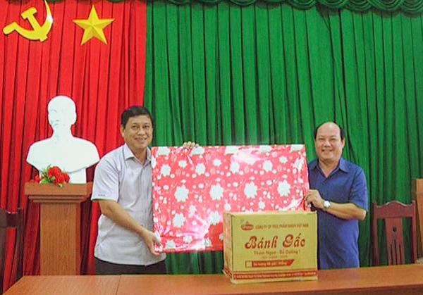 Lãnh đạo Huyện ủy Giồng Trôm và Huyện ủy huyện Dương Minh Châu trao quà lưu niệm. Ảnh: Minh Mừng