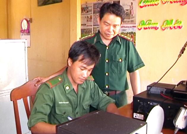 Đồng chí Lê Văn Đậm tập huấn nghiệp vụ cho chiến sĩ thông tin đơn vị.