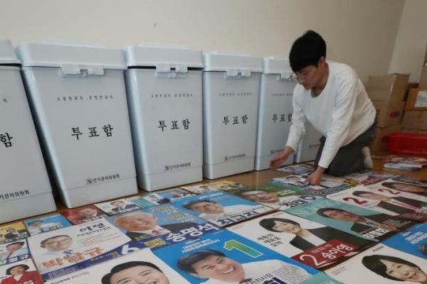 Một nhân viên bầu cử sắp xếp các áp phích ảnh các ứng cử viên cho cuộc bầu cử địa phương ở Sejong, miền Trung Hàn Quốc, ngày 30-5. Nguồn: Yonhap