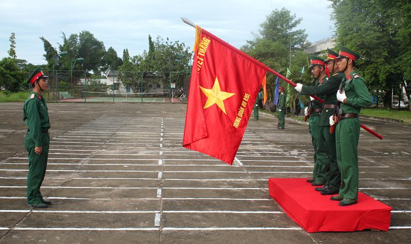 Chiến sĩ mới tuyên thệ dưới cờ. Ảnh: Đặng Thạch