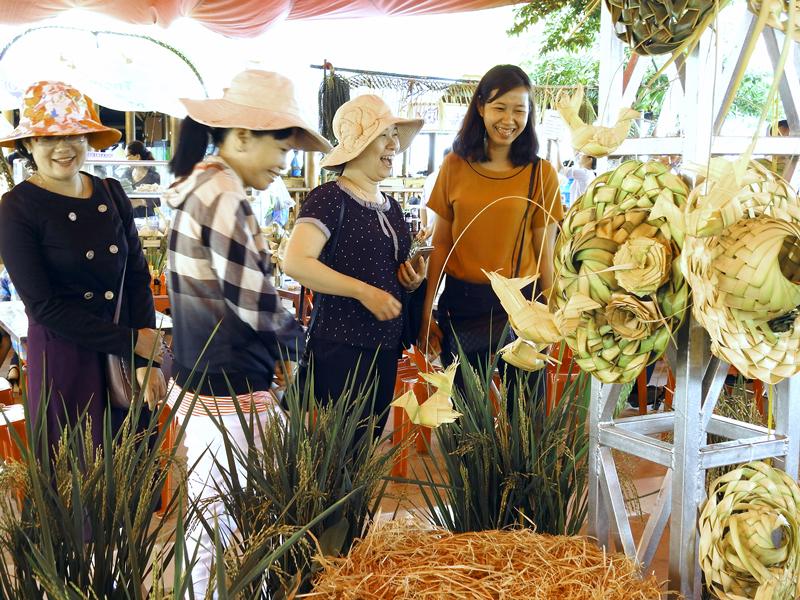 Du khách tham quan gian hàng các sản phẩm từ dừa tại Tuần lễ Văn hóa - Du lịch Châu Thành lần I.