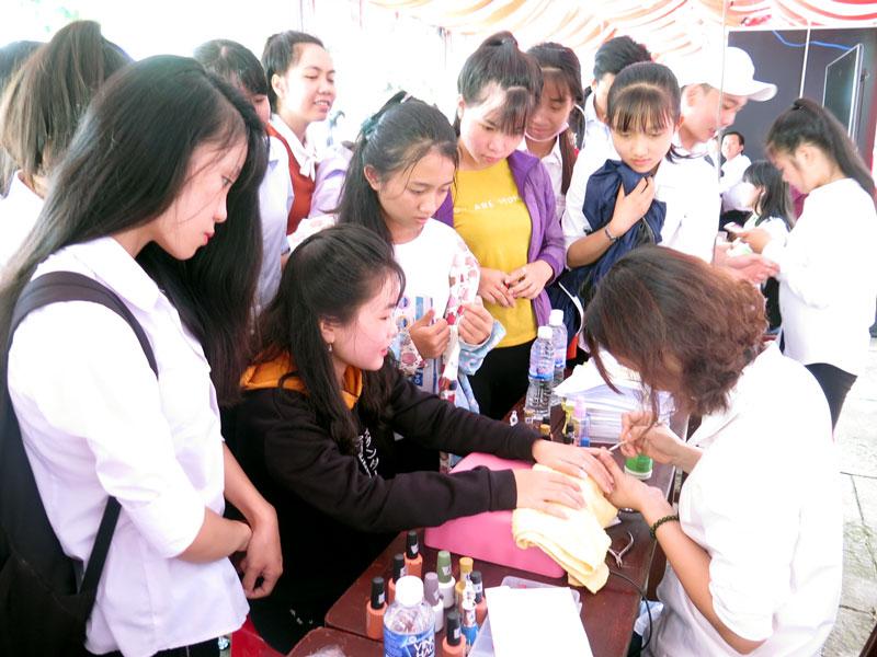 Lao động trẻ tham quan, tương tác với đại diện các trường trung cấp nghề.
