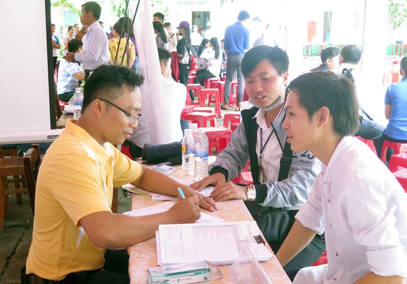 Người lao động tìm hiểu các thông tin để chọn lựa nghề nghiệp.