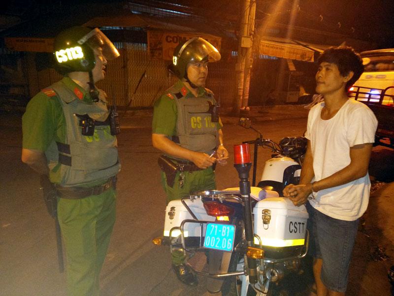Cảnh sát 113 bắt đối tượng tàng trữ trái phép ma túy. Ảnh: Quang Duy