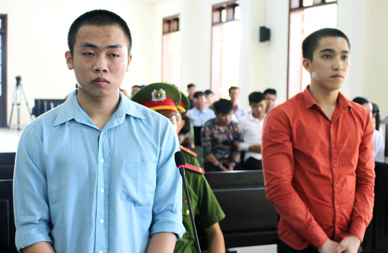 Bị cáo Phan Văn Nhớ (phải) và bị cáo Nguyễn Quốc Kiệt tại phiên tòa hình sự sơ thẩm ngày 11-6-2018. Ảnh: H. Đức