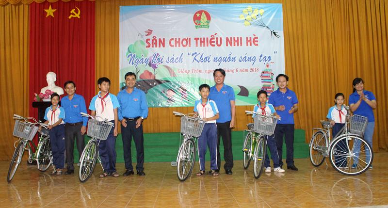 """Tặng xe đạp cho học sinh nghèo khó khăn của Trường THCS Phạm Viết Chánh tại Ngày hội sách """"Khơi nguồn sáng tạo"""". Ảnh: T.Lập"""