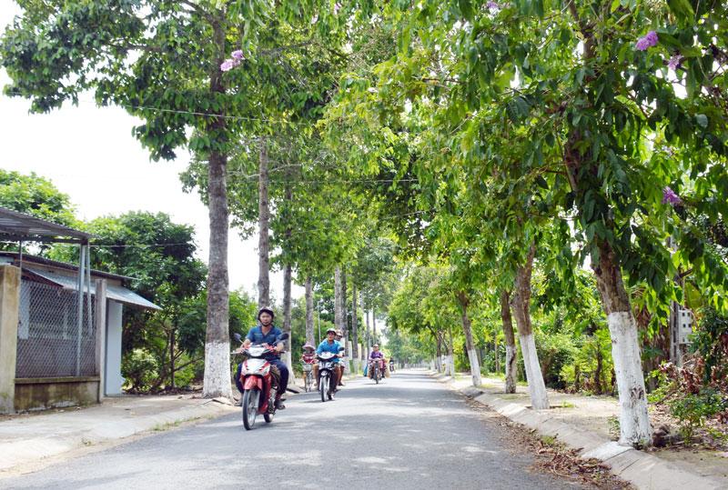 Tuyến đường xã nông thôn mới Phú Thuận, huyện Bình Đại. Ảnh: Cẩm Trúc