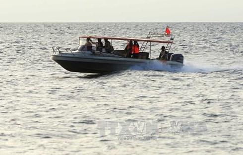 Lực lượng cứu hộ Indonesia tìm kiếm các nạn nhân mất tích của tàu Marina Baru do bất ngờ gặp bão biển ngoài khơi Sulawesi. Ảnh tư liệu: AFP-TTXVN