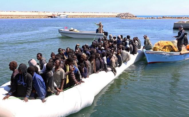 Người di cư được cứu trên biển ngoài khơi Guarabouli, Libya. Nguồn: AFP/TTXVN