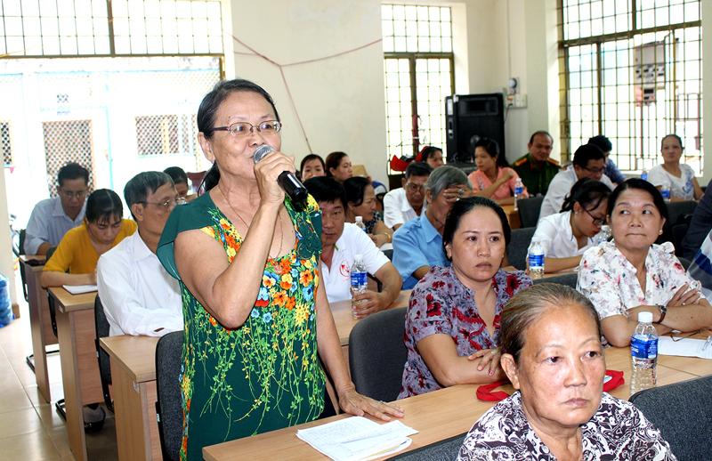 Bà Ngô Thị Thìn - cử tri Phương 3 kiến nghị về dự án nạo vét rạch Cái Cá. Ảnh: PV