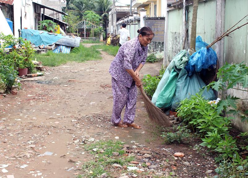 Bà Nguyễn Thị Năm thường xuyên dọn dẹp vệ sinh tuyến đường nơi cư trú. Ảnh: H.Đức