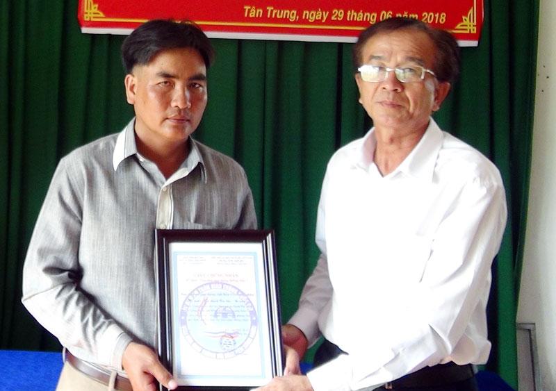 """Chánh văn phòng Ban An toàn giao thông tỉnh Cao Văn Phong trao quyết định công nhận Mô hình """"Bến khách và phương tiện văn hóa - an toàn"""". Ảnh: Bảo Nhân"""