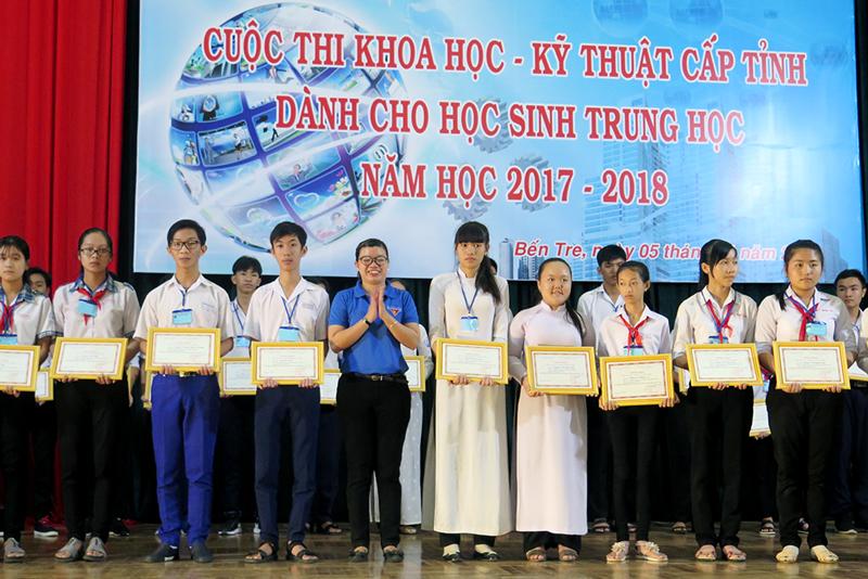 Học sinh Trường THPT Che Guevara và THCS Phước Hiệp đạt giải khuyến khích tại cuộc thi khoa học - kỹ thuật cấp tỉnh năm học 2017-2018.