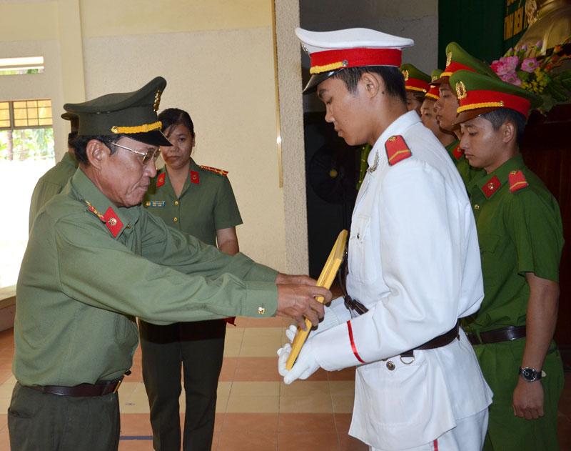 Đại tá Võ Thành Đồng - Phó giám đốc Công an tỉnh trao giấy khen cho các chiến sĩ. Ảnh: T. Bảo
