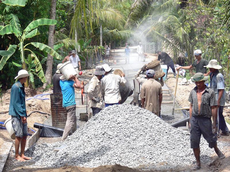 Xây dựng giao thông nông thôn ở xã Phú Sơn (Chợ Lách).