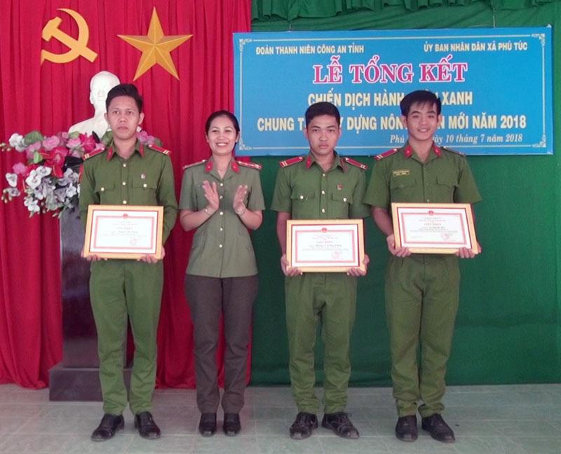 Các cá nhân nhận giấy khen của Giám đốc Công an tỉnh. Ảnh: Minh Tân
