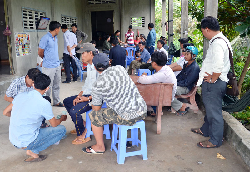 Cảnh sát hình sự phối hợp với Công an huyện Thạnh Phú bắt quả tang một tụ điểm đá gà qua mạng internet.