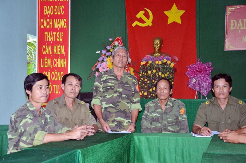 Ông Nguyễn Văn Mừng (đứng) phát biểu trong cuộc họp Đội Dân phòng.