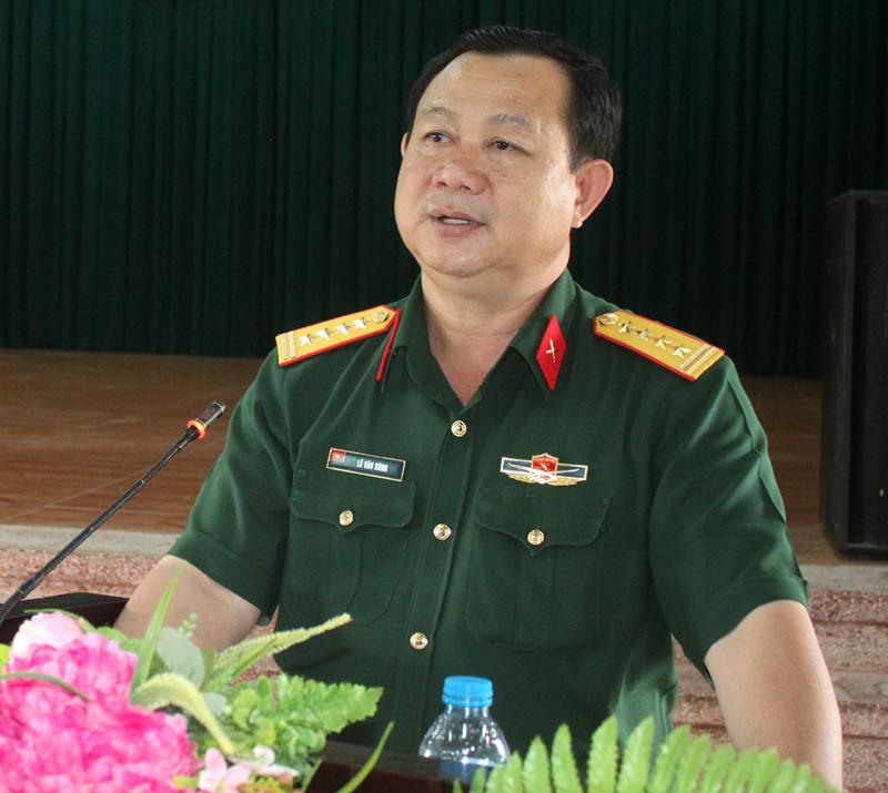 Đại tá Lê Văn Hùng - Phó bí thư Thường trực Đảng ủy Quân sự tỉnh giới thiệu các nghị quyết.