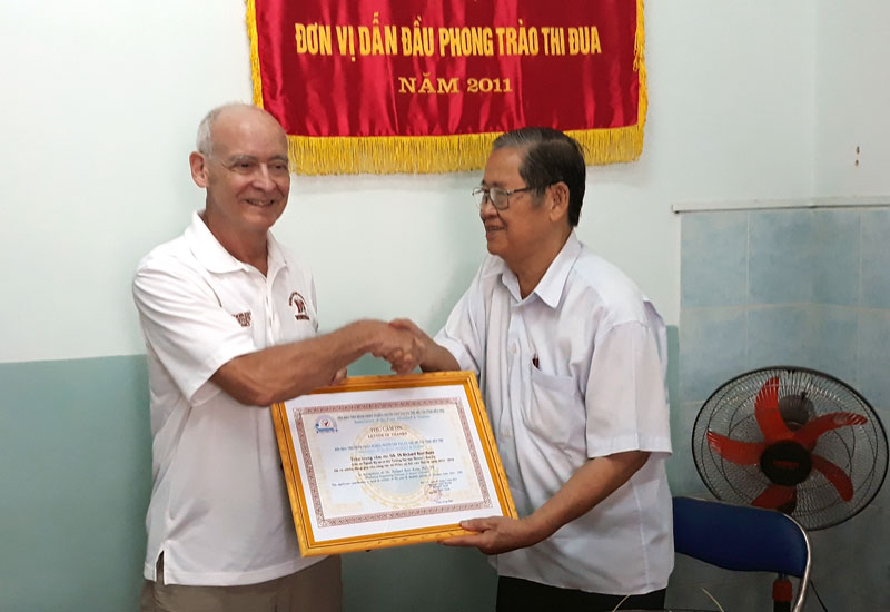 Ông Huỳnh Văn Cam - Chủ tịch Hội trao thư cảm ơn đến Giáo sư, Tiến sĩ Richard Kerr Kunz. Ảnh: N. Diệu