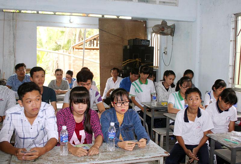 Thanh niên và học sinh huyện Mỏ Cày Nam tham gia buổi tuyên truyền về sức khỏe sinh sản.  Ảnh: TTTT