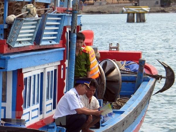 Lực lượng chấp pháp trên biển của Ninh Thuận tuyên truyền cho ngư dân về các quy định pháp luật trong đánh bắt hải sản (Ảnh: Công Thử/TTXVN)