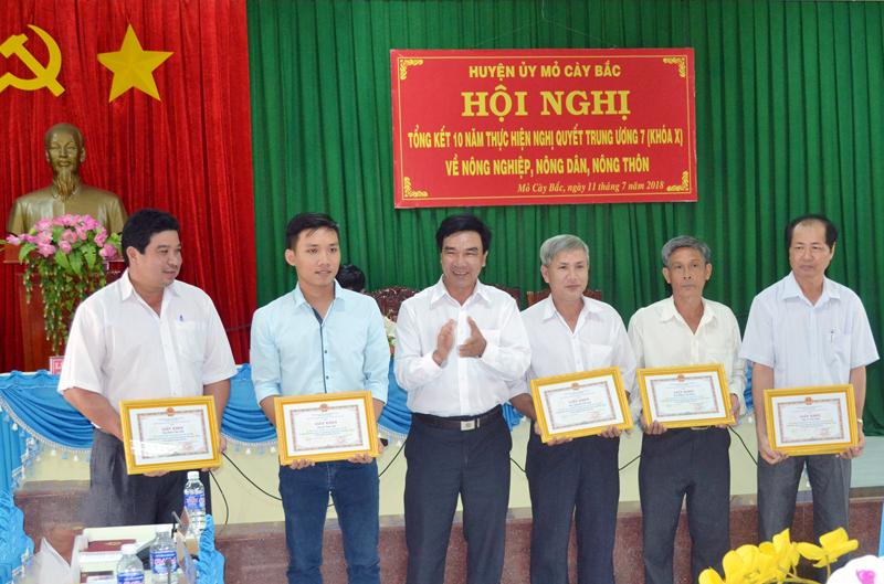 Lãnh đạo huyện trao giấy khen cho 1 tập thể và 6 cá nhân tại hội nghị.