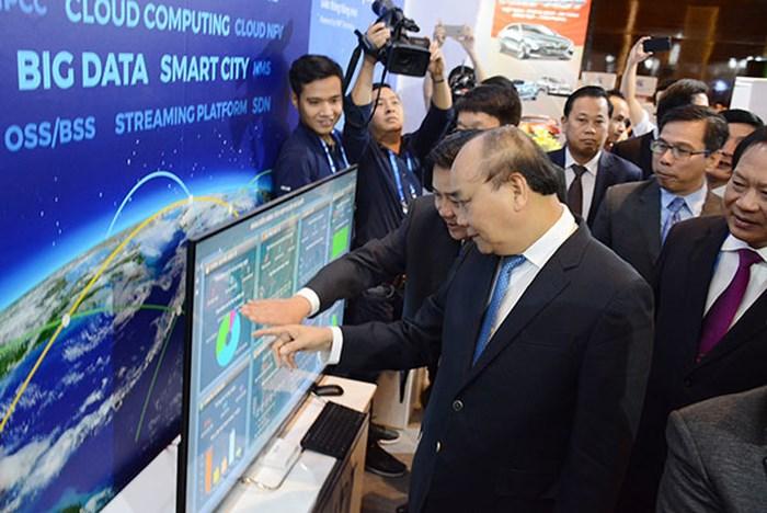 Thủ tướng Nguyễn Xuân Phúc và các đại biểu tham quan Triển lãm quốc tế về Phát triển công nghiệp thông minh.