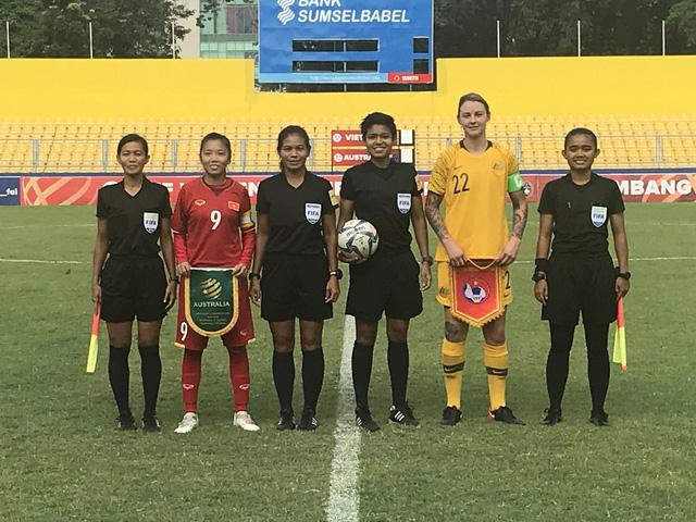 Sự vuột trội về thể hình thể hiện rõ với hai đội trưởng Huỳnh Như và Larissa Rose. Ảnh: AFF