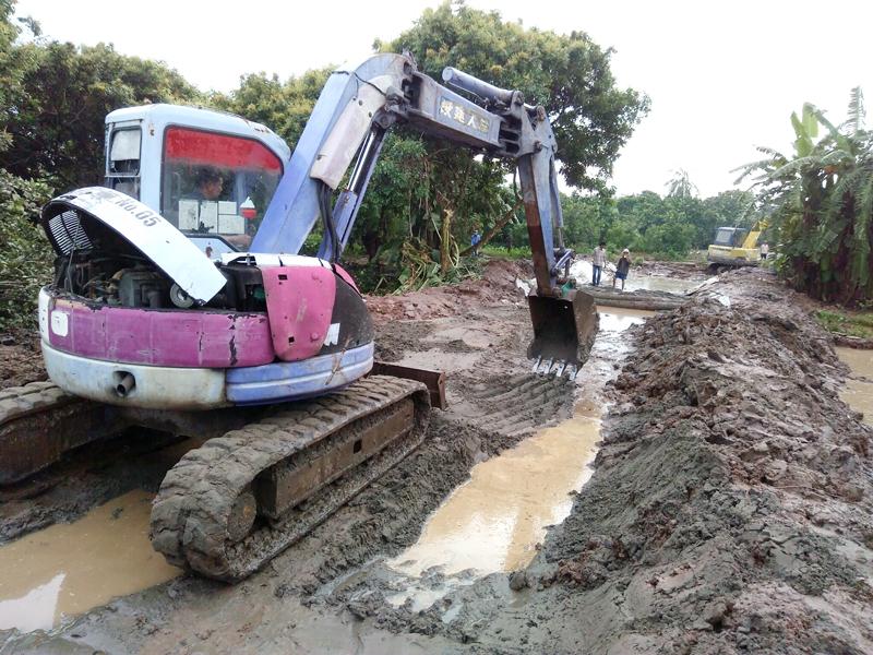 Khắc phục đoạn đê bao bị sạt lở ở khu vực ấp Phú Bình. Ảnh: Việt Cường