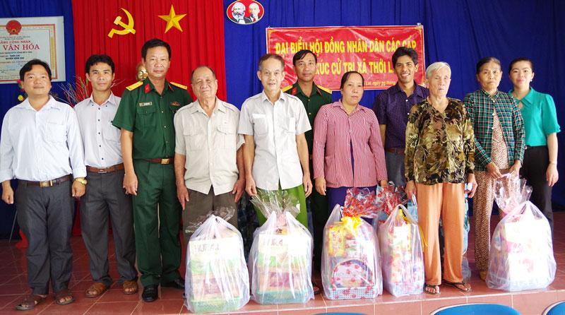 Đại tá Vũ Thành Đức - Chỉ huy trưởng Bộ CHQS tỉnh tặng quà cho gia đình chính sách tại xã Thới Lai, Bình Đại. Ảnh: Đặng Thạch